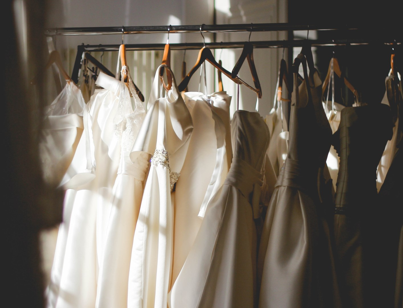 robe mariée sur portant création Berric Anais