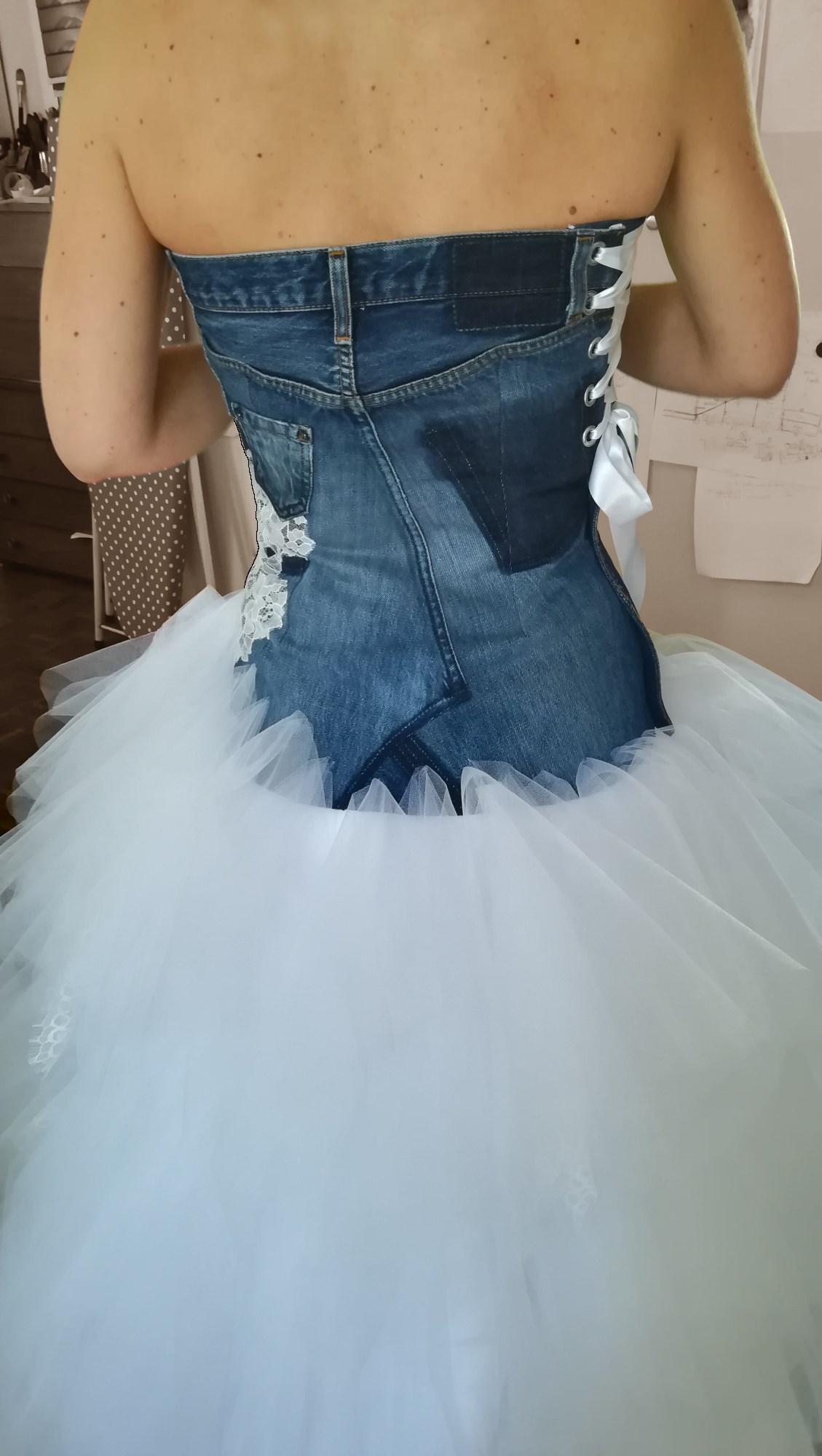 robe avec bustier fait dans ancien jeans et jupe en mouchoir de tulle Broder ces jours créations