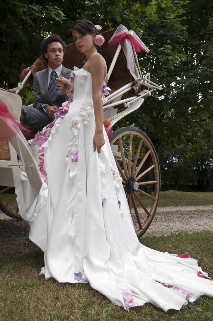 robe en soie avec détails fleurs motifs roses grande traîne