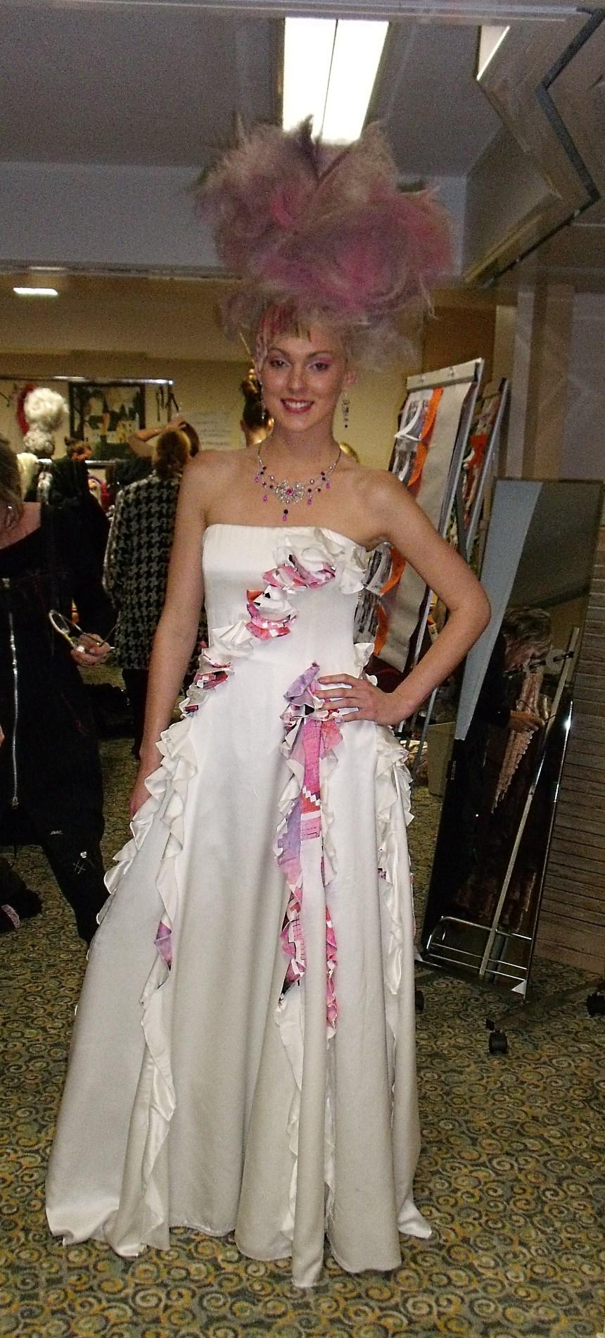 robe en soie avec détails fleurs motifs roses défilé