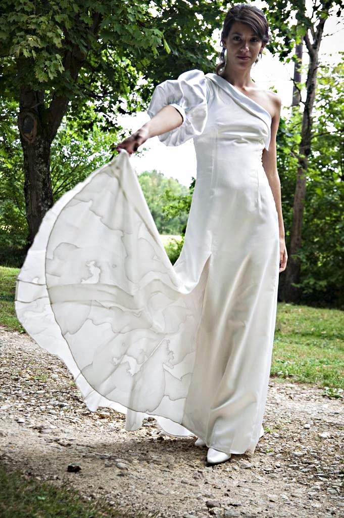 création cintré avec manche asymétrique volume avec organza texturé sur le bas de la robe