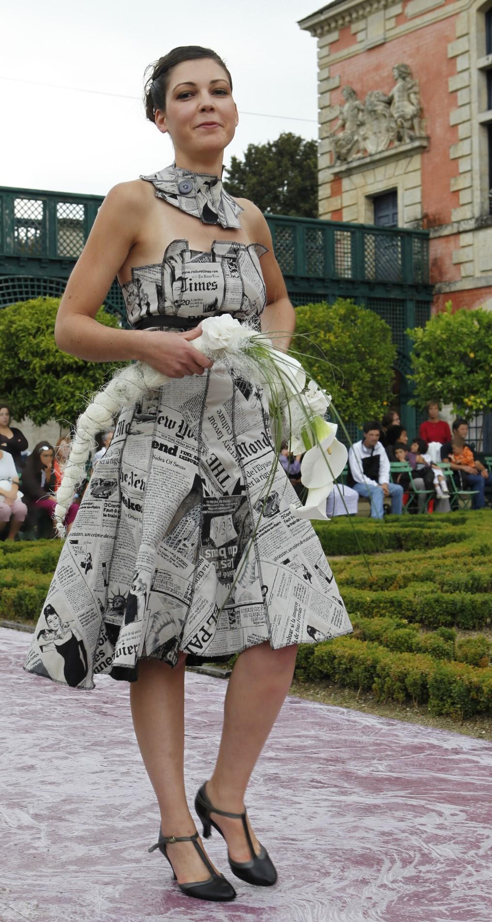 robe bustier réalisée dans un tissu imprimé journal