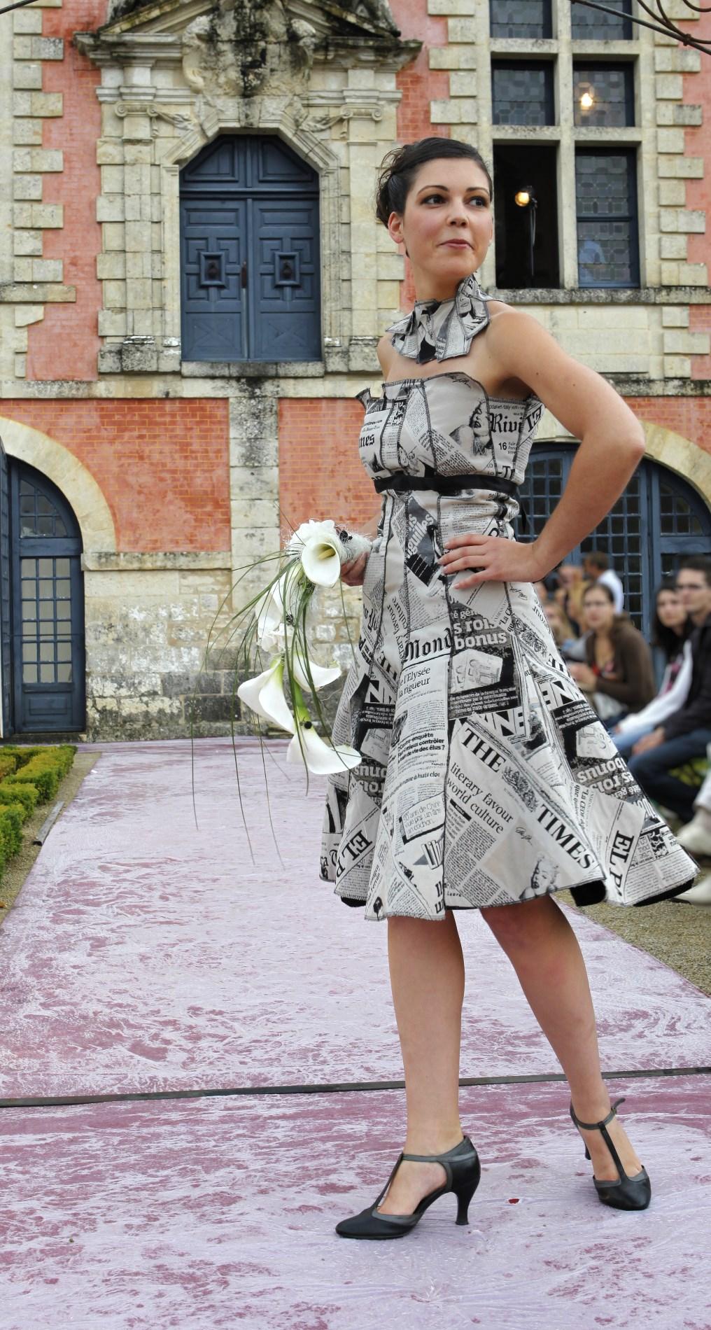 robe cocktail impression papier journal défilé