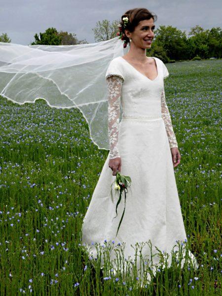 robe simple avec matière tissé un peu grossièrement dentelle à la taille