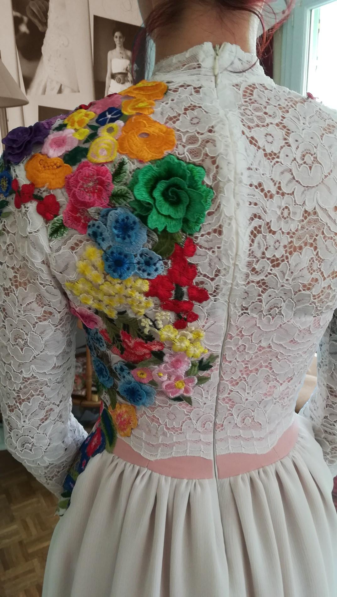 robe de mariée colorée par des fleurs appliquées sur un bustier en dentelle détail Upcycling