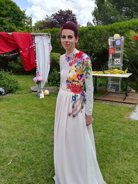robe de mariée colorée par des fleurs appliquées sur un bustier en dentelle et une jupe en mousseline de soie Upcycling